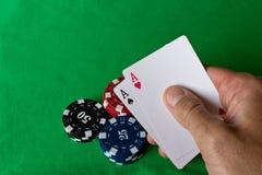 Carte da gioco nella mano umana Concetto del gioco Giochi di azzardo fotografie stock libere da diritti