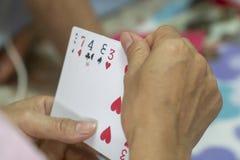Carte da gioco nelle mani fotografie stock libere da diritti