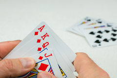 Carte da gioco in poker Una carta più - sarà una vampata reale Fotografie Stock Libere da Diritti