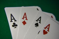 Carte da gioco su una tavola del poker Quattro di un genere fotografia stock libera da diritti
