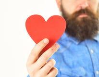 Carte dans la forme de coeur à disposition du hippie barbu Images stock