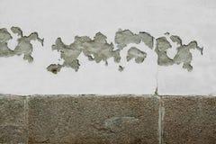 Carte dans un mur criqué blanc Photo libre de droits