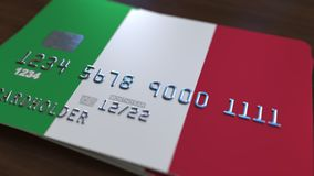Carte de banque en plastique comportant le drapeau de l'Italie Rendu 3D relié au système d'opérations bancaires nationales Photos libres de droits