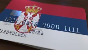 Carte de banque en plastique comportant le drapeau de la Serbie Rendu 3D relié au système d'opérations bancaires nationales Photographie stock libre de droits