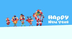 Carte de bonne année avec le concept de présents de vacances de Noël d'elfes, de renne et de Santa Carrying Gift Boxes Stack Image stock