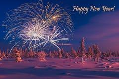 Carte de bonne année avec le feu d'artifice, la forêt et la lumière du nord Photos stock