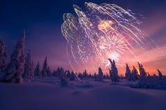 Carte de bonne année avec le feu d'artifice, la forêt et la lumière du nord Images libres de droits