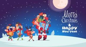 Carte de bonne année avec les elfes, le renne et la Santa Carrying Gift Boxes Photo stock