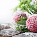 Carte de célébration avec les boules et le sapin roses Image stock