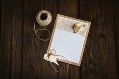 Carte de carton avec la fleur photo libre de droits