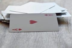 Carte de coeur ouverte sur le conseil en bois Photos libres de droits