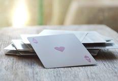 Carte de coeur ouverte sur le conseil en bois Image libre de droits
