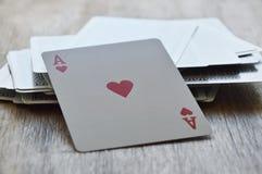 Carte de coeur ouverte sur le conseil en bois Photo stock