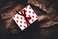 Carte de concept d'amour de jour du ` s de Valentine belle - boîte-cadeau avec le ribb Photo stock