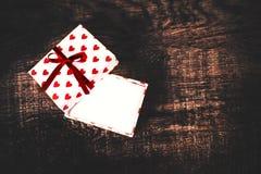 Carte de concept d'amour de jour du ` s de Valentine belle - boîte-cadeau ouvert avec Photo stock