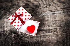 Carte de concept d'amour de jour du ` s de Valentine belle - boîte-cadeau ouvert avec Image stock