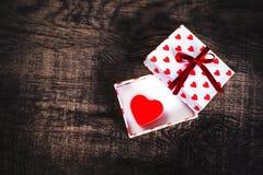 Carte de concept d'amour de jour du ` s de Valentine belle - boîte-cadeau ouvert avec Photographie stock libre de droits