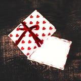 Carte de concept d'amour de jour du ` s de Valentine belle - boîte-cadeau ouvert avec Images stock