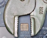 Carte de crédit avec l'outil, la réparation de crédit ou le concept de difficulté de crédit photographie stock