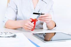 Carte de crédit de coupe de femme d'affaires Photographie stock libre de droits