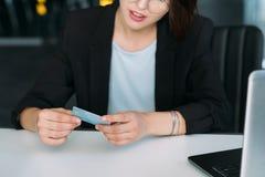 Carte de crédit en ligne de transfert d'argent de paiement d'achat images libres de droits