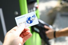 Carte de crédit en plastique blanche de prise masculine de main photos libres de droits