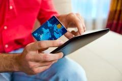 Carte de crédit et comprimé de main d'homme Image libre de droits
