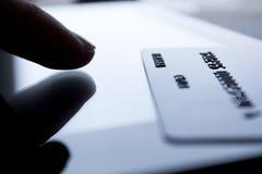 Carte de crédit et doigt photos stock