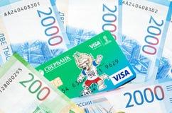 Carte de crédit et nouveau billet de banque russe dans deux mille roubles Images stock