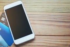 Carte de crédit et téléphone intelligent avec l'espace de copie sur la table en bois, Photographie stock libre de droits
