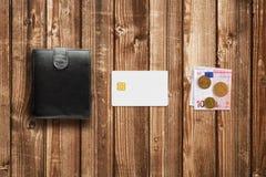 Carte de crédit, euro d'argent liquide et portefeuille Image stock