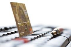 Carte de crédit jaune sur le clavier et le stylo d'ordinateur noirs Photographie stock libre de droits