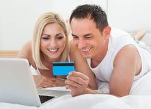 Carte de crédit se tenante en ligne de achat Images libres de droits