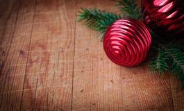 Carte de Cristmas avec l'espace de copie pour votre texte, décorations de Noël au-dessus de vieux fond en bois, effet de vintage Photographie stock