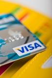 Carte de débit de visa dans le portefeuille et d'autres cartes. Photo libre de droits
