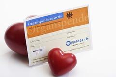 Carte de donation d'organe avec deux coeurs images stock