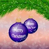 Carte de félicitation de Noël et de nouvelle année avec les babioles et l'arbre de Noël Photo libre de droits