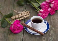 Carte de fête, café et roses rouges Image libre de droits