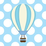 Carte de fête de naissance avec le ballon à air chaud mignon sur le fond bleu Images stock