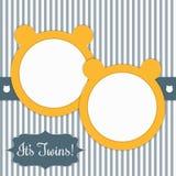 Carte de fête de naissance avec Sunny Yellow Bears And Stripes Il jumeaux du ` s Images stock