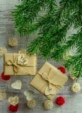 Carte de fête de Noël avec des branches de sapin et décor de fête Photo libre de droits