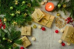 Carte de fête de Noël avec des branches de sapin et décor de fête images libres de droits