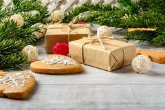 Carte de fête de Noël avec des branches de sapin et décor de fête photographie stock