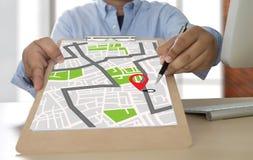 Carte de GPS à la rue d'emplacement de connexion réseau de destination d'itinéraire Photo stock