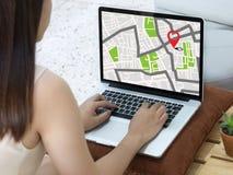 Carte de GPS à la rue d'emplacement de connexion réseau de destination d'itinéraire Photos stock