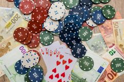 Carte de jeu avec d'euro factures Image stock