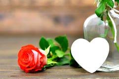 Carte de jour de mères avec la rose et le coeur de rouge Photos stock