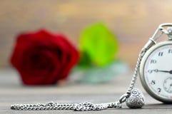 Carte de jour de pères avec la montre de poche, le pendant de coeur et la rose de rouge Photos stock
