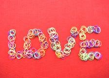 Carte de jour de valentines - amour fait à partir du fil sur le fond rouge Photo libre de droits
