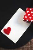Carte de jour de valentines avec des boîte-cadeau et des coeurs, voiture blanche vide Image stock